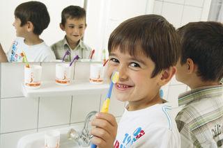Zähne putzen macht Spaß! Eine Untersuchung zeigt, dass dies bereits bei den Sechsjährigen Früchte trägt.