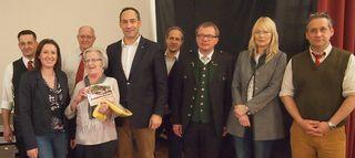 Christine Kölblinger (4.v.li.) ging mit dem Hauptpreis nach Hause. Die anwesenden Gemeindevorstände und Mitglieder des Sozialausschusses – allen voran Obfrau Simone Radner (2.v.li.) – und Bürgermeister Erwin Stürzlinger (5.v.li.) gratulierten.