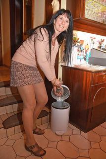 Elke Chou wird bald keine Aschenbecher ausleeren mehr müssen.