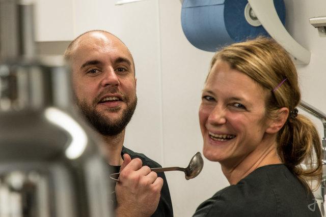"""Das kreative und innovative """"brutal lokal""""-Team, Alexandra Labenbacher-Konecny und David Köhler, in der Küche."""