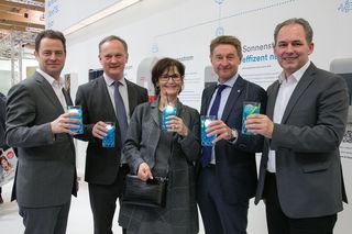 F. Niedersüß, R. Schneider, M. Josseck-Herdt, G. Kroiß, F. Pöttinger genossen am Wels Strom-Stand einen Energiecocktail.