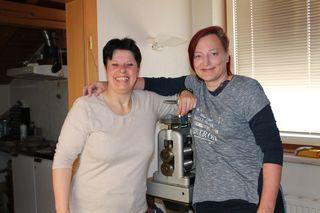 Evelyn Rauter und Sabine Janach vor der Walze