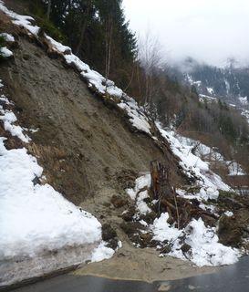 Nach einem Hangrutsch bleibt die Kauner Straße vorerst gesperrt.