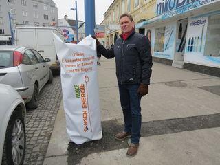 Josef Fischer vor einer der neuen E-Ladestationen auf öffentlichem Grund.