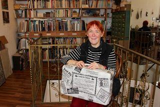 Zita Breu gestaltete den Koffer mit Zeitungs-Inseraten aus 1909 zum Jubiläum des Intercity Wien-Budapest 2009 - er symbolisiert die Reisefreudigkeit in der K&K Zeit