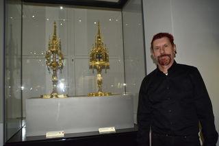 Huber zeigt die zwei Reliquienmonstranzen im Stift.