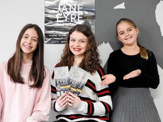 Romy Danilkow, Anna Gassner und Sara Märzinger dürfen hochkarätige Bühnenluft schnuppern.