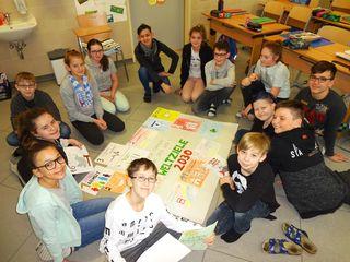 ie Schülerinnen und Schüler der Klasse 2a beim Erstellen eines Plakats