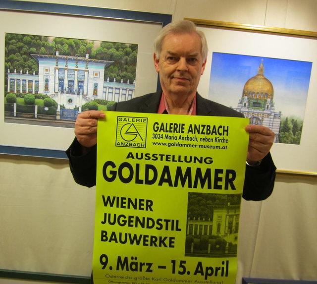 Galerist Alfred Altenburger mit zwei Ausstellungsstücken von Karl Goldammer.