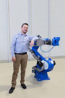 """Der Roboter hilft dem Batteriehersteller bei diversen """"pick and place""""-Aufgaben in der Batteriemontage."""