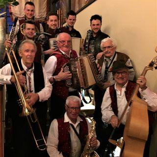 """Riesenansturm, tolle Stimmung und viel Spaß gab es am Freitag, den 09.03.2018 im Gasthof Fruhmann in Wernberg als die """"Wernberger Buam"""" (seit 1948) mit Gründungsmitglied Gote (89), Rase (85), Joke (87) Friedl (74) und Arnulf (70) gemeinsam mit """"Die jungen Wernberger"""" zu einen EINMALIGEN TREFFEN mit viel MUSIK eingeladen haben. Das total begeisterte Publikum und die Musikanten freuten sich über den gemeinsamen, lustigen und sehr gelungenen Abend!"""
