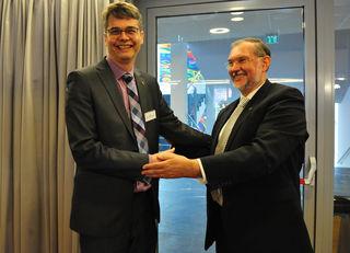 Superintendent Hermann Miklas (re.) gratuliert seinem Nachfolger Wolfgang Rehner zur Wahl.