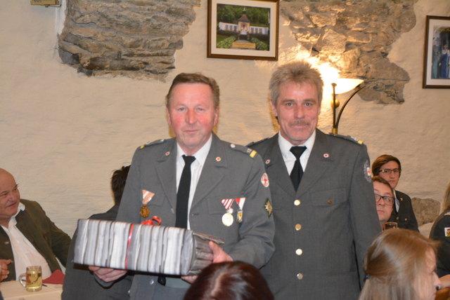 Franz Geiersperger (li). war über viele Jahre Kassier. Abteilungskommandant Fosef Fuchsberger überreichte ihm ein Geschenk.