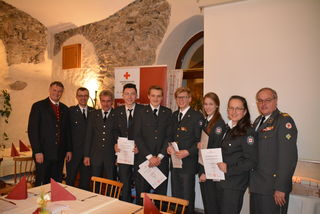 Fünf RettungssanitäterInnen erhielten bei der Versammlung ihre Aufnahme-Urkunden