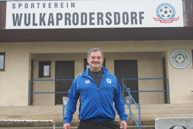 Vor den heiligen Hallen des SV Wulkaprodersdorf, Andreas Bauer  freut sich auf das heuer 70-jährige Bestehen des Vereins.