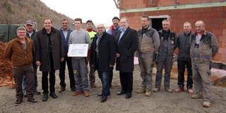 Bürgermeister Bernhard Ederer (2.v.l.) und Klaus Feichtinger von der Siedlungsges. ELIN GmbH (4.v.l.) mit Vertretern der ausführenden Betriebe.