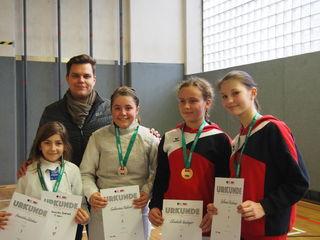 Die starken Fechterinnen mit Trainer B. Szilassy.
