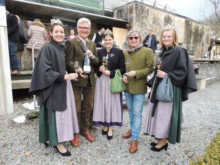 Erich und Walter Polz mit den Weinhoheiten beim Empfang der Gäste.