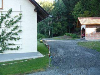 Die Dachrinne des Nachbarhauses ragt über die Grenze hinaus