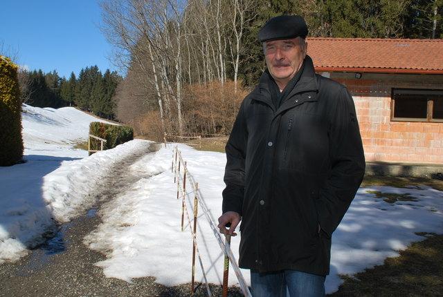 Christian Dullnig hat einen Zaun an der Grundgrenze errichtet. Somit ist der Weg laut Bauordnung zu eng