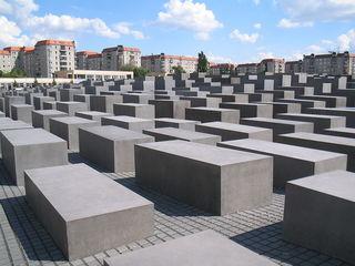 Das Denkmal für die ermordeten Juden Europas in Berlin erinnert an die rund 6 Millionen Juden, die unter der Herrschaft Adolf Hitlers und der Nationalsozialisten ermordet worden sind.