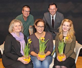 Claudia Glössl, Monica Weinzettl, Eva Maria Holzleitner sowie Gerold Rudle und Robert Reif. Die Damen mit Blumengruß.