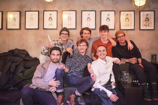 Kunst verbindet: Pubec bei der Vernissage im Café Mitte