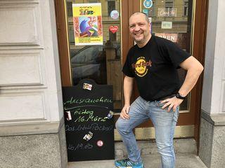 Zigaretten verbannen: Gerfried Schraußer organisiert ein gemeinsames Rauchen der letzten Zigarette für seine Gäste in seiner Kaffeesiederei.