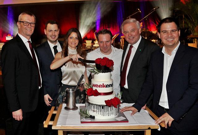 Zum Anbeißen: Eichenauer, Stoimaier, Tanzer, Palfrader, Schützenhöfer und Schickhofer (v. l.) feierten mit einer großen Weekend-Torte.