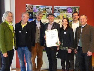 """Biologe Alois Wilfling (2.v.r.) und mit GF Bernhard Stejskal (3.v.l.) zeichneten Franziska (3.v.r.) und Markus Skoff (4.v.l.) für das Projekt """"Die NaTour am Kranbachberg - Eine Kranachbergrunde mit Naturkunde"""" als Naturpark-Partner des Jahres 2018 aus.  Dazu gratulierten GF Erich Neuhold (r.) und GF Matthias Rode (2.v.l.)."""