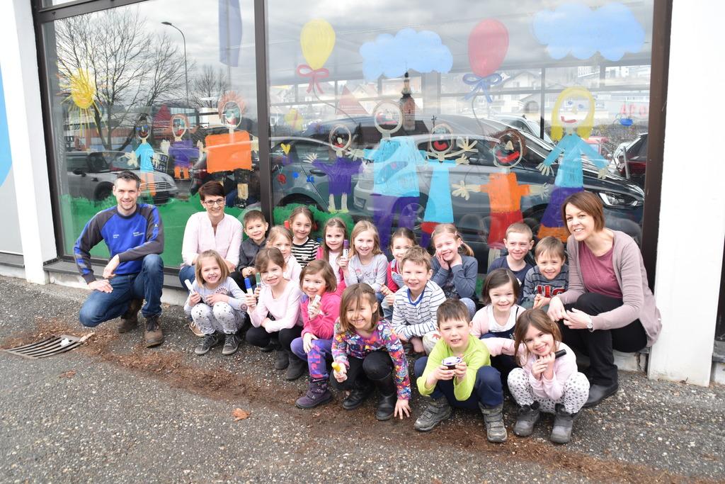 Die Kinder der Blumengruppe betätigten sich im Autohaus Mayerhofer als Künstler. Schaufenster wurden bemalt