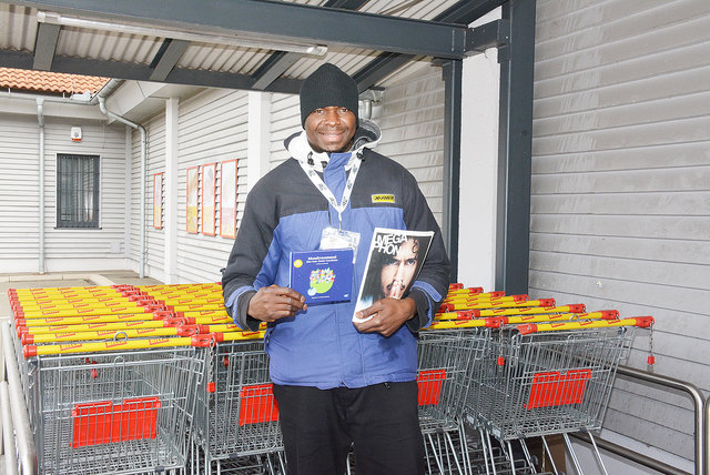 """Chidi Chikelu verkauft in  Niklasdorf das """"Megaphon"""" und jetzt auch das Märchenbuch """"Mondtraumsand""""."""