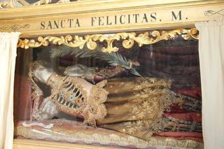 Hinter Glas liegt hier die heilige Felicitas und blickt in den Innenraum der Basilika am Sonntagberg.