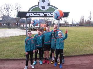 Haben Spaß beim gemeinsamen Training: Ferdi, Emil, Nazif und Niklas mit Bernhard Bresich.