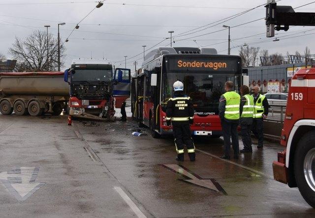 Aus einer Baustelle kommend, knallte der LKW gegen den Linienbus.