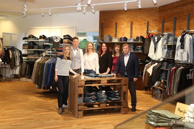 Das sechsköpfige Team des Weizer Modehauses Laschober fühlt sich im aus- und umgebauten Geschäft sichtlich wohl.