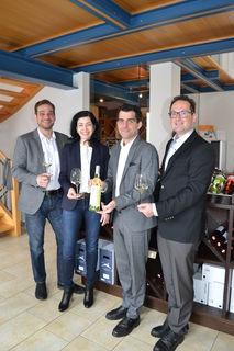 Anita und Rudi Schwarzböck übergeben die erste Flasche Korneuburger Stadtwein an Bürgermeister Christian Gepp und Stadtrat Andreas Minnich.
