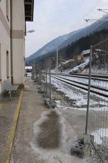 Baustellen-Flair herrscht noch am Bahnhof in Reichraming: Abgerissen werde das alte Gebäude aber schon im April.