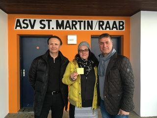 Nach der Sponsor-Verlosung (von links): Rechtsanwalt Helmut Kröpfl, ASV-Obfrau Julia Niederer, Pizzeria-Chef Mustafa Gül.