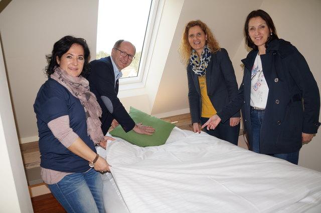 Das ist ja praktisch. LAG-Managerin Elfriede Pfeifenberger und der Tourismusverband helfen beim Bettenmachen.