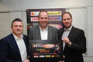 """Bernhard Dillhof, Bgm. Johannes Mezgolits und LAbg. Christian Sagartz präsentieren das """"60plus Taxi""""."""