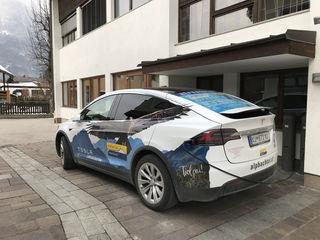 "Der ""Tesla"" des TVB in Kramsach beim Ladevorgang."
