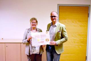 Die Ehrenamtliche Mitarbeiterin im Hospizteam Kufstein Helga Payr  und Martin Heis freuen sich über die großzügige Unterstützung für das Kinder-Hospizteam.