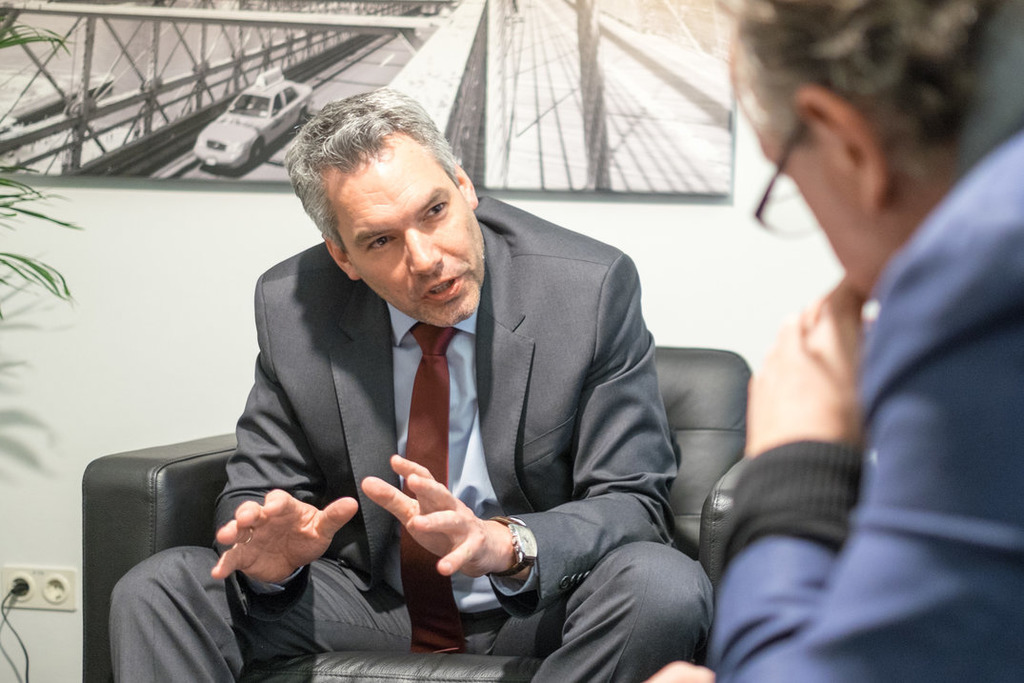 """Karl Nehammer: """"Wir haben 200.000 neue Unterstützerinnen und Unterstützer gewinnen können. Weil Sebastian Kurz neue Zielgruppen angesprochen hat."""""""