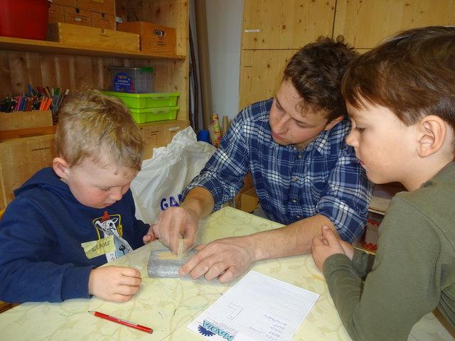 Steinmetzmeister Lukas Fuetsch mit Elia und Lukas