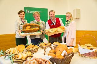 Zwei Landessiege gingen nach Eggersdorf: Franziska Hiebaum und Siegbert Reiß, Vizepräsidentin Maria Pein und Verkostungsleiterin Nicole Zöhrer gratulierten.