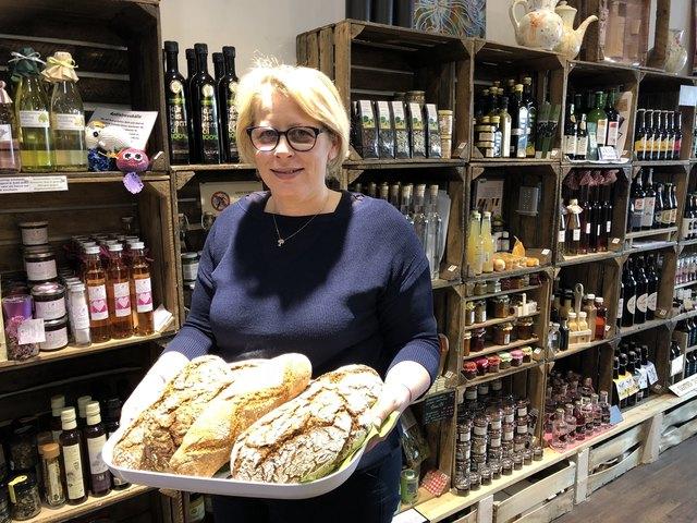 Fachlmeisterin Ingun Kluppenegger mit Brot von Bio-Bäcker Nadrag in Krumpendorf
