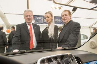 Die Messeorganisatoren Josef Puntinger (li.) und Karl Stockreiter mit dem WOCHE-Model Elke Dortschack. Foto: klauspressberger.com