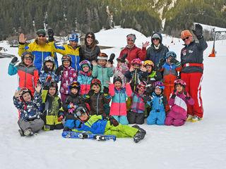 Beste Laune  gab es beim 1. Sellraintaler Kinderskikurs bei den kleinen SkifahrerInnen und den Skilehrerinnen!