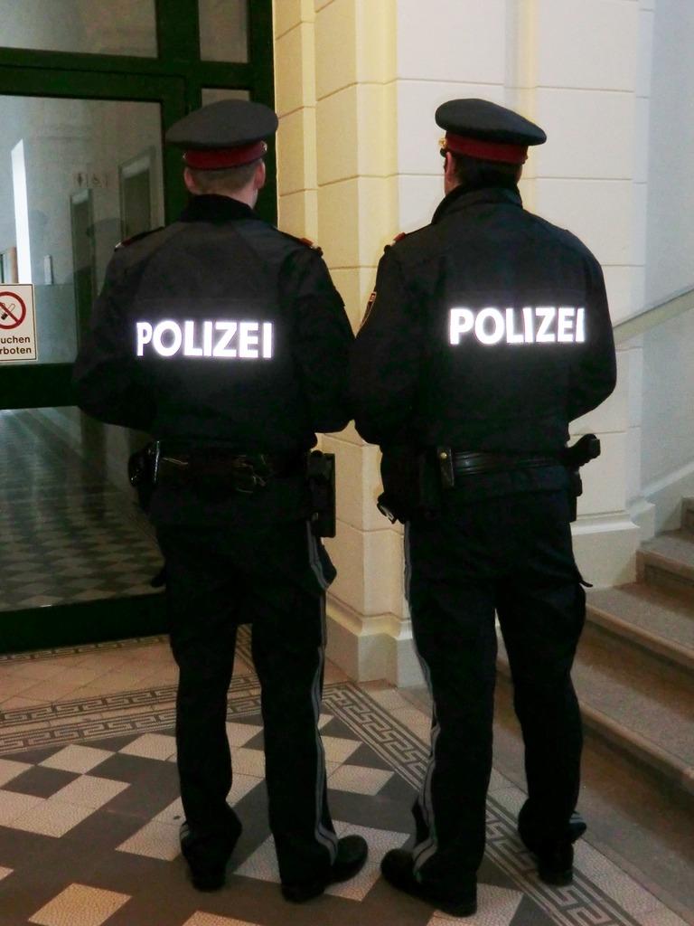 """Der Beschuldigte reagierte """"allergisch"""" auf Polizeiuniformen und ergriff die Flucht, um einer Festnahme zu entgehen."""